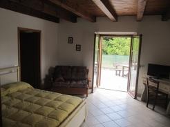 Verde - Un delizioso appartamento composto da una camera con letti a castello ed una camera matrimoniale, con bagno spazioso, divano e televisore .