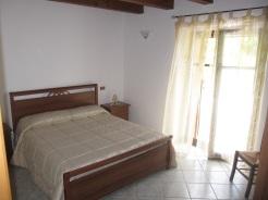 Verde - Un nido composto di cucina completa e bagno, con una fresca camera matrimoniale baciata dal sole.